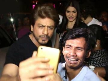 shahrukh khan with his fan cryinh